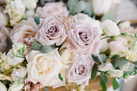 Prachtige huwelijksfloristiek. Bruiloft decoreren met bloemen. Bloem achtergrond