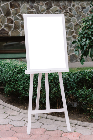 The plan of seating of guests at a wedding. A detail of a wedding decor on an easel 스톡 콘텐츠