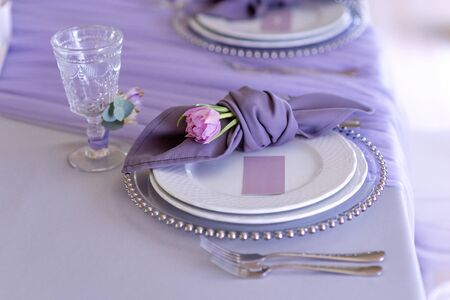Magnificent table appointments of a classical wedding in lilac color 스톡 콘텐츠
