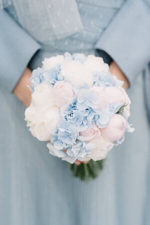 A stunning wedding bouquet of bright flowers for an autumn or spring wedding. Zdjęcie Seryjne - 131990206