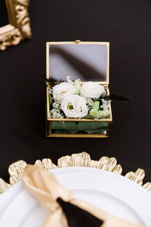 A small, elegant box for wedding rings filled with fresh flowers. Banque d'images - 132223808