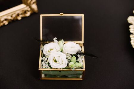 Luxurious parts made of glass, metal and flowers of modern wedding Banque d'images - 132224164