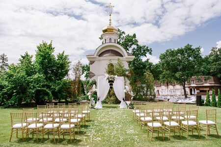 Beautiful area for the wedding ceremony in summer on the green lawn Banque d'images - 132224166