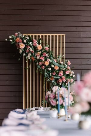 The luxury wedding decor is of high metallic golden design and a large range of fresh flowers. Banco de Imagens