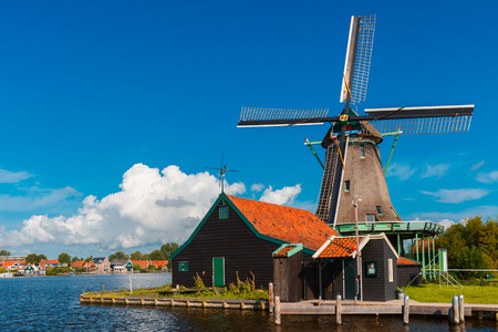 Malerische Landschaft mit Windmühlen in Zaanse Schans Nähe eines Flußes, Holland, Niederlande Lizenzfreie Bilder