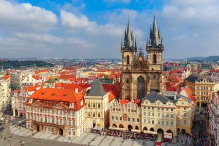 Luftaufnahme über Kirche Unserer Lieben Frau vor Tyn auf dem Altstädter Ring in Prag, Tschechische Republik