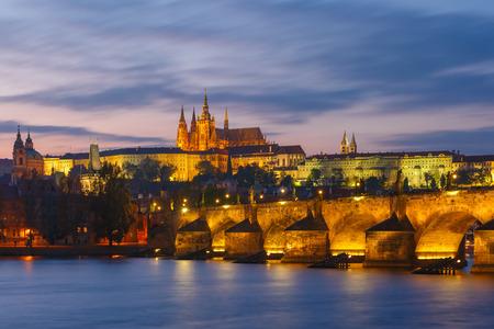 Praagse Burcht, de Karelsbrug en de Little Quarter bij zonsondergang, Praag, Tsjechië