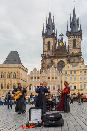 gaita: Praga, República Checa - 30 de septiembre 2014: Músicos de la calle (Buskers) con guitarra, gaita y tambor en la Plaza de la Ciudad Vieja.