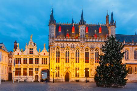 oficina antigua: Paisaje urbano escénico con la pintoresca noche medieval plaza del Burgo de Navidad en Brujas, Bélgica