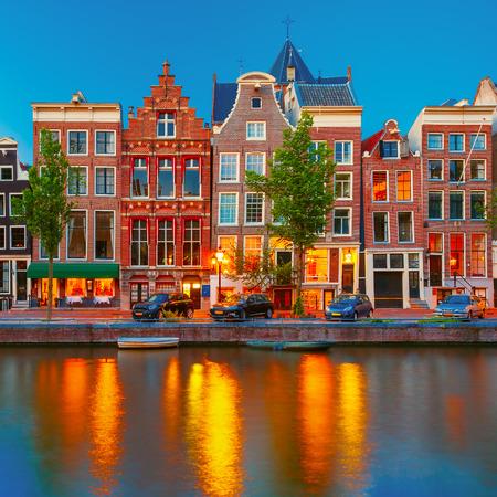 house gables: Vista a la ciudad de la noche del canal de Amsterdam con casas holandesas Foto de archivo