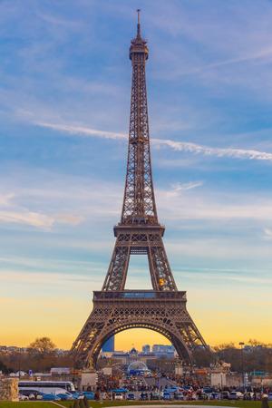 la tour eiffel: Eiffel tower at winter suset in Paris, France
