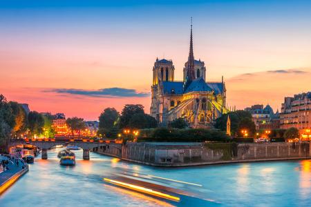 일몰, 프랑스 노트르담 드 파리의 성당 스톡 콘텐츠