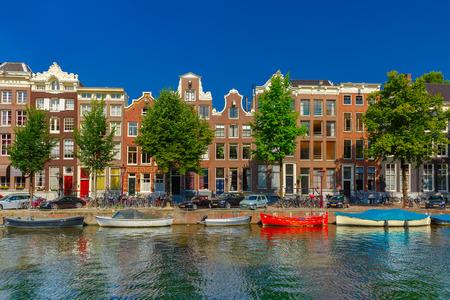 Amsterdamse grachten en de typische huizen, Holland, Nederland. Stockfoto