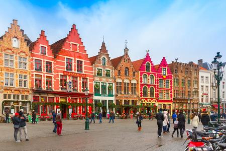 브뤼헤, 벨기에 - 2014년 12월 28일 : 아침 브루 크리스마스 Grote Markt의 광장. 브뤼헤 - 유럽에서 가장 아름답고 훌륭하게 보존 된 중세 도시 중 하나, 지금