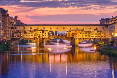 Rivier de Arno en de beroemde brug Ponte Vecchio bij zonsondergang van Ponte alle Grazie in Florence, Toscane, Italië Stockfoto