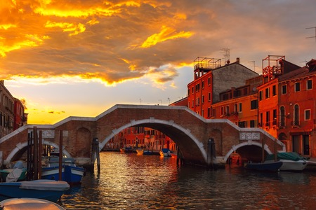 Grandiose sunset on the canal Cannaregio and brigde Ponte dei Tre Archi in Venice, Italy Banque d'images
