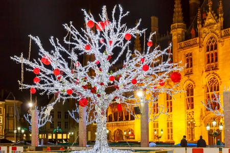 Decorato e illuminato albero di Natale sulla pista di fronte a Provincia Corte a Market Place, nel centro di Bruges, in Belgio