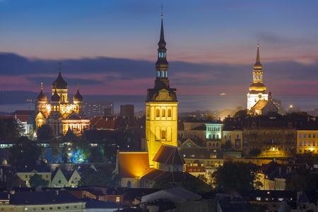church: Noche paisaje urbano aérea con el casco antiguo medieval iluminado con Iglesia de San Nicolás, Iglesia Catedral de Santa María y Catedral de Alexander Nevsky en Tallin, Estonia