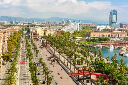 Vista aérea sobre el Passeig de Colom o Columbus Avenue, La Barceloneta y el Port Vell marina del monumento de Cristóbal Colón en Barcelona, ??Cataluña, España