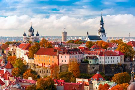 Toompea heuvel met toren Pikk Hermann, Kathedraal Kerk van Sint-Maria Toomkirik en de Russisch-Orthodoxe Alexander Nevski-kathedraal, uitzicht vanaf de toren van de St. Olaf kerk, Tallinn, Estland