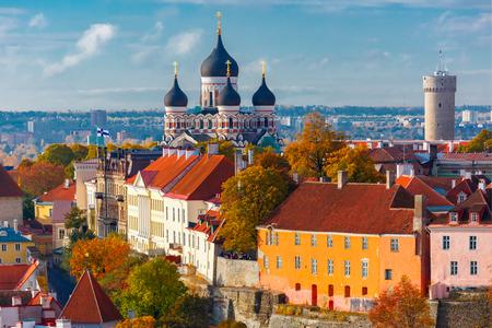 iglesia: Colina de Toompea con la torre Pikk Hermann y la catedral ortodoxa Alexander Nevsky Rusia, vista desde la torre de la iglesia de San Olaf, Tallin, Estonia