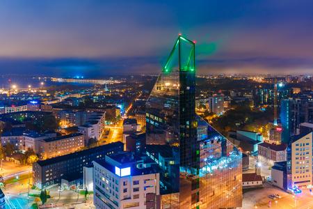 Luchtfoto stadslandschap van het moderne financiële district bedrijf met hoge wolkenkrabber gebouwen 's avonds verlicht, Tallinn, Estland Stockfoto