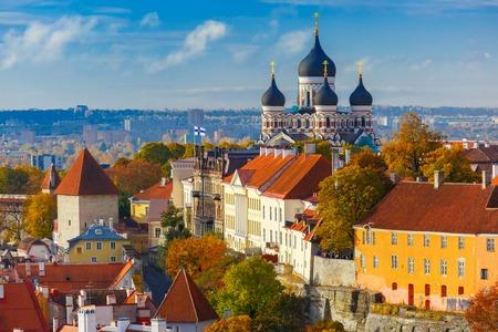 Toompea heuvel met toren Lange Herman en de Russisch-Orthodoxe Alexander Nevski-kathedraal, uitzicht vanaf de toren van de St. Olaf kerk, Tallinn, Estland Stockfoto