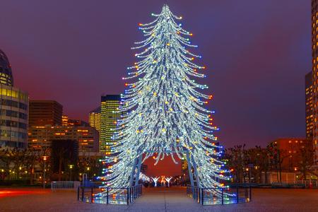 防衛: Christmas tree among the skyscrapers in Paris, France