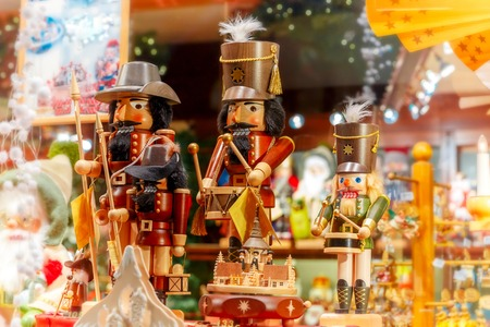 Kerst notenkraker koning op een kerstmarkt ingericht en verlicht in Brugge, België.