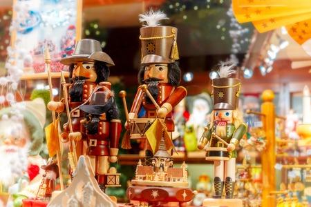 corona navidad: Navidad cascanueces rey en un mercado de Navidad decorado e iluminado en Brujas, Bélgica. Foto de archivo