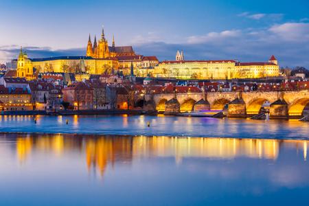 Prager Burg, die Karlsbrücke und die kleinen Viertel in der Nacht, Prag, Tschechische Republik.