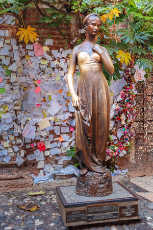 romeo and juliet: Juliet staue and wall with love notes, Verona, Italy