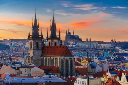 Luftaufnahme über Teynkirche, der Altstadt und der Prager Burg bei Sonnenuntergang in Prag, Tschechische Republik