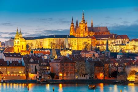 Prager Burg und Mala Strana oder Kleinseite in der Nacht, Prag, Tschechische Republik.