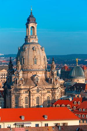 medievales: Vista a�rea sobre la c�pula de Frauenkirche y el vidrio de la Academia de Bellas Artes o el exprimidor del lim�n y techos de las viejas Dresde, Sajonia, Alemania Foto de archivo
