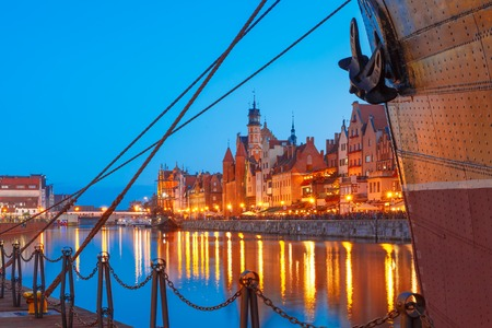 gdansk: Mariacka Gate at the Dlugie Pobrzeze and Motlawa River in old town of Gdansk at night, Poland Stock Photo