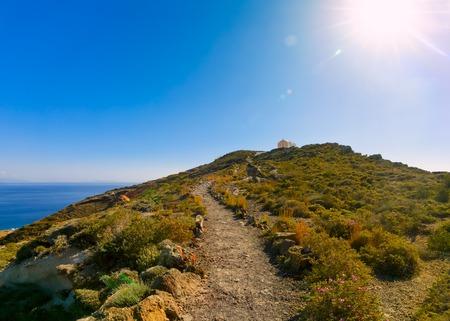 den Hügel hinauf Wanderweg zur Kirche, der Weg über das Meer von Oia nach Fira in Santorini, Griechenland
