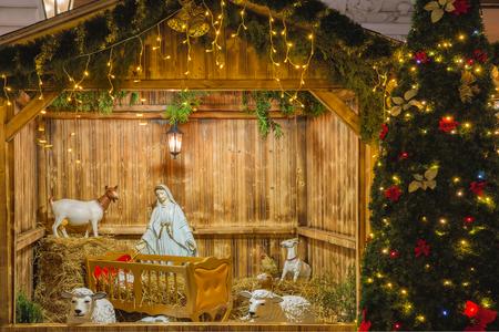 guardería: escena de la natividad con la familia santa de José, María, el Niño Jesús y ovejas, decoraciones de vacaciones en el casco antiguo en la mágica ciudad de Praga en la noche, República Checa Foto de archivo