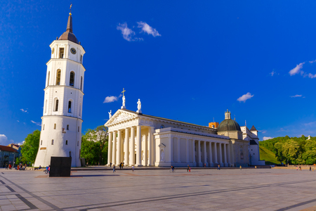 Domplatz, Basilika Kathedrale St. Stanislaus und St. Vladislav und Glockenturm am Morgen, Vilnius, Litauen, Baltikum.