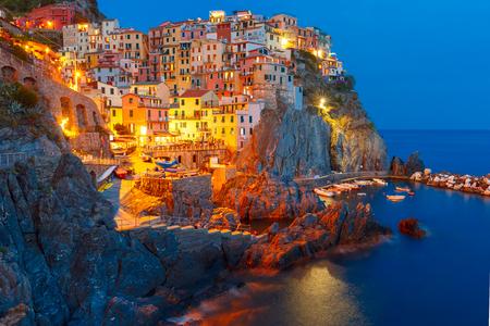 Luchtfoto nacht uitzicht op Manarola vissersdorp, zeegezicht in vijf landen, Nationaal Park Cinque Terre, Ligurië, Italië.