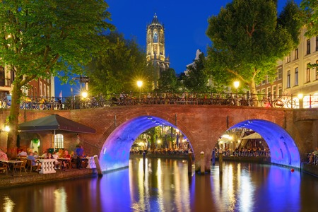 Domtoren en kanaal in de nacht kleurrijke verlichting in het blauwe uur, Utrecht, Nederland