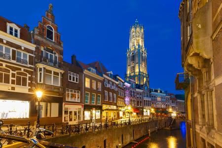 dom: Dom Tower, le pont et le canal Oudegracht dans la nuit enluminures colorées à l'heure bleue, Utrecht, Pays-Bas