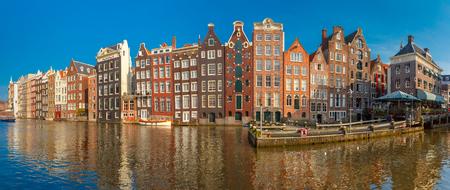 화창한 날, 네덜란드, 네덜란드 암스테르담 운하 Damrak에서 아름 다운 전형적인 네덜란드어 춤 주택의 파노라마.