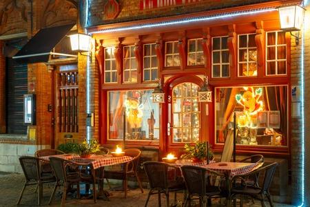 Via decorata e illuminata di natale nel centro di Bruges, Belgio Archivio Fotografico - 67409800