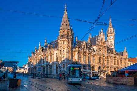 oficina antigua: El ex edificio de la oficina de correos, Oude Postkantoor, con la torre del reloj en Korenmarkt y tranvía moderno de la ciudad en la mañana soleada, Gante, Bélgica