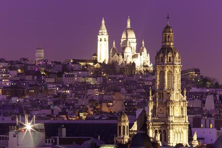 sacre coeur: Vue aérienne du Sacré-Coeur Basilique ou Basilique du Sacré-Coeur de Jésus à la butte Montmartre église et la Sainte Trinité dans la nuit, Paris, France