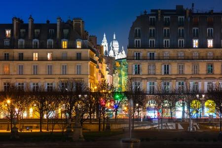 sacre coeur: Vue de nuit du Sacré-Coeur Basilique ou Basilique du Sacré-C?ur de Jésus et le Jardin des Tuileries, Paris, France