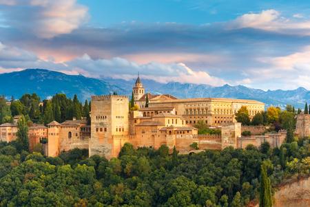 Paleis en fort complex Alhambra met Comares Tower, Palacios Nazaries en Paleis van Charles V tijdens zonsondergang in Granada, Andalusië, Spanje