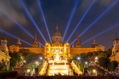 espanya: Famous light show and magic fountains in front of the National Art Museum at Placa Espanya in Barcelona at night, Catalonia, Spain