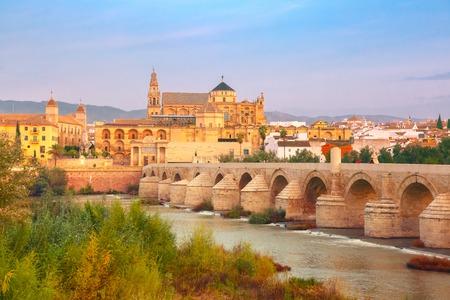 그레이트 모스크 메스 - Catedral 드 코르도바 및 아침, 코르도바, 안달루시아, 스페인 Guadalquivir 강 건너편 로마 브릿지